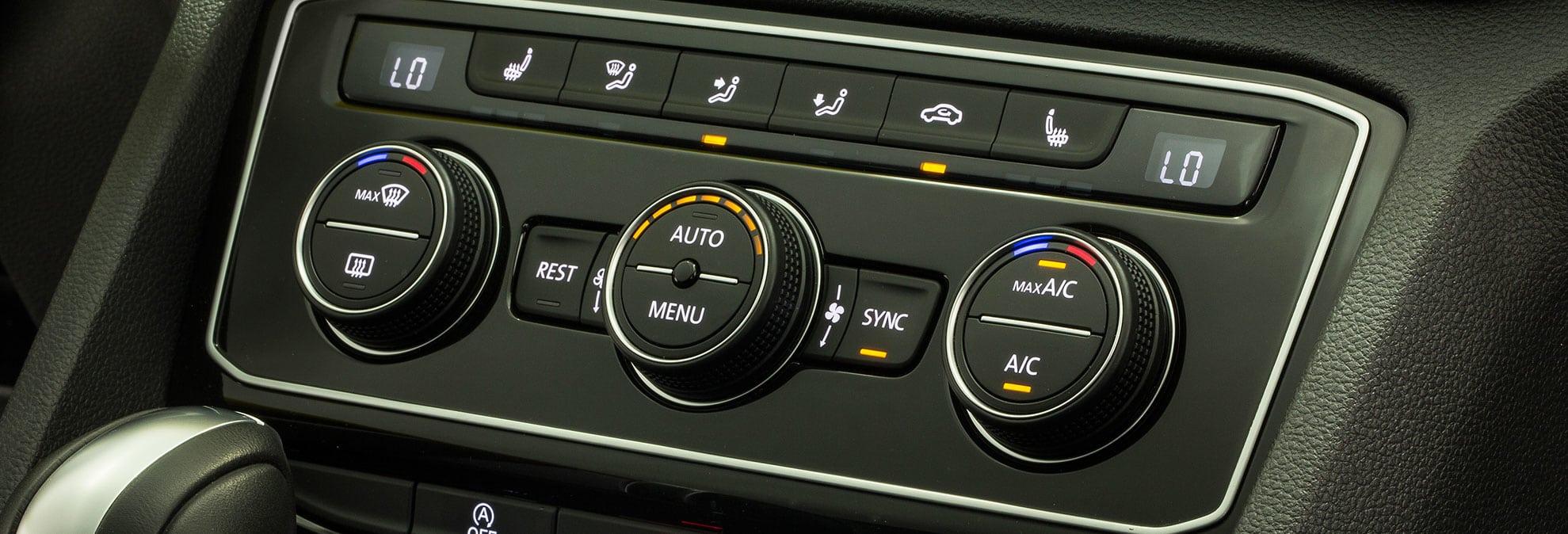 Kontrolna ploča automobila na kojoj je vidljiva upaljena klima auta