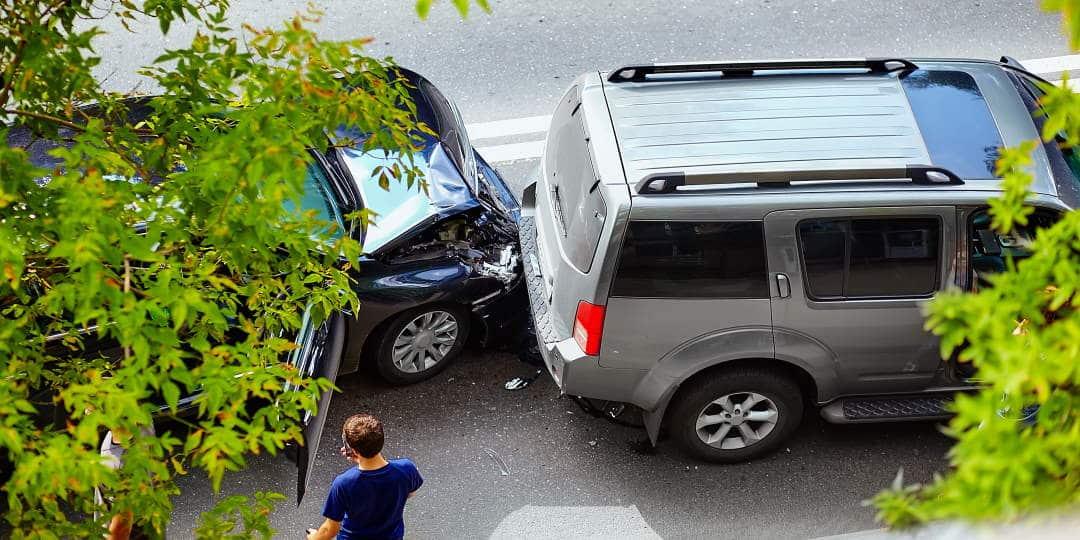 Dva automobila u cestovnoj prometnoj nesreći