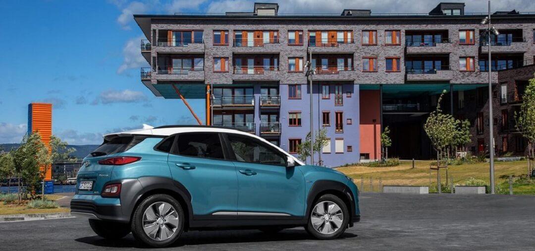 Plavi Hyundai Kona automobil ispred zgrade
