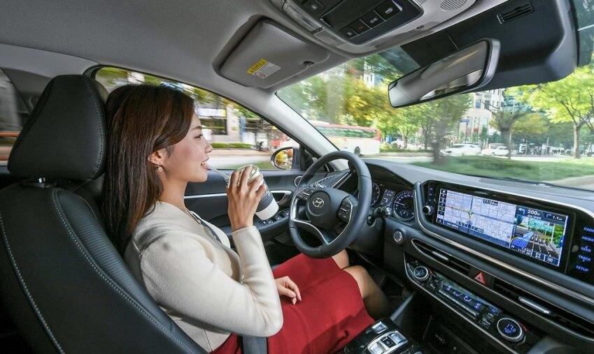 Žena vozi Hyundai automobil sa SCC sustavom