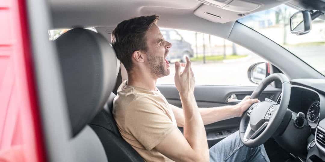 Vozač osjeća umor prilikom vožnje te zijeva