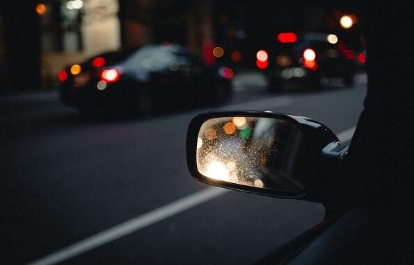 Odsjaj svjetala automobila u retrovizoru